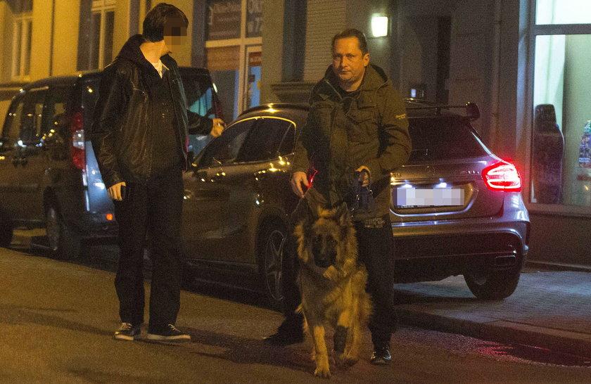 Kamil Durczok z synem i psem
