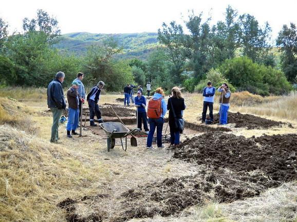 Međunarodna grupa arheologa na lokalitetu Pločnik (FOTO:Topličke vesti)