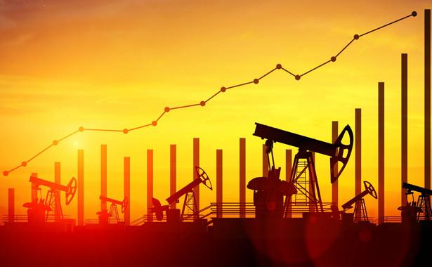 Tymczasem ceny ropa w USA od zanotowanego w październiku szczytu staniała o ponad 17 procent.