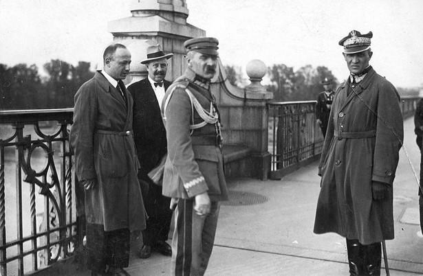 Gen. Gustaw Orlicz-Dreszer (po prawej) z marsz. Józefem Piłsudskim (w środku) na Moście Poniatowskiego w Warszawie, podczas zamachu majowego 12 maja 1926. Zdjęcie z kolekcji starych zdjęć dr. Marka Tuszyńskiego.