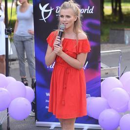 Agnieszka Kaczorowska uczy dzieci tańca. Towarzyszy jej przystojny partner