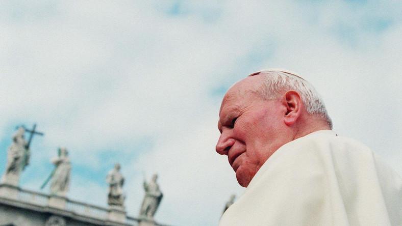 Jan Paweł II sfotografowany 5 października 1996 podczas audiencji generalnej w Watykanie