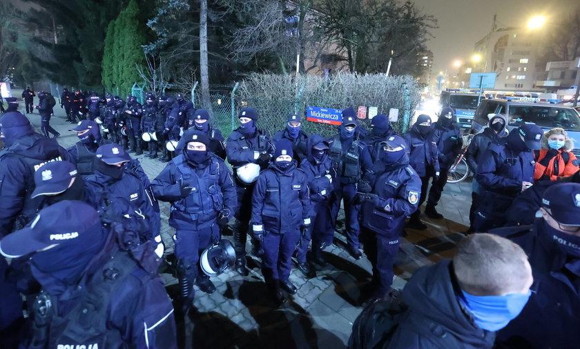 Policjanci licznie obstawili dom prezesa PiS.
