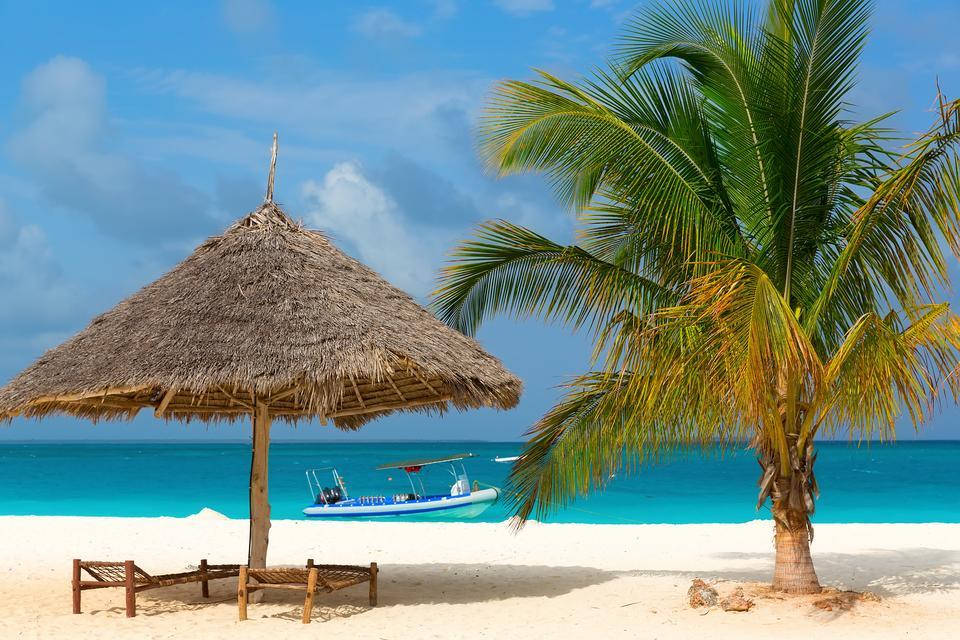 Zanzibar jest prawdziwym rajem na ziemi. Piękne piaszczyste plaże i niesamowity błękit wody oraz nieba sprawia, że wakacje na tej uroczej wyspie na długo pozostaną w pamięci.