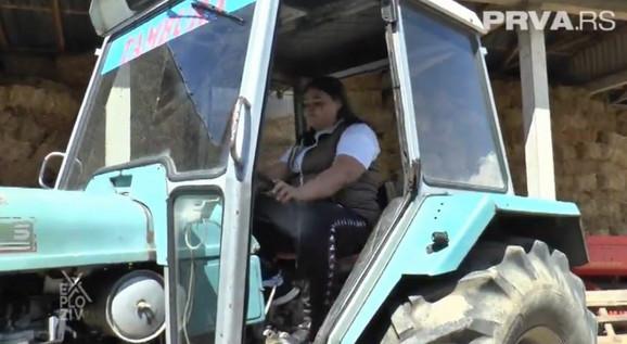 Saška od drugog razreda osnovke škole upravlja traktorom