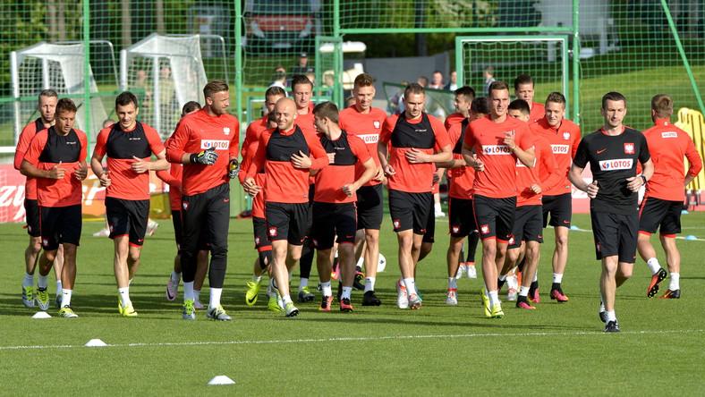 Zawodnicy polskiej kadry, podczas treningu na boisku w ośrodku wypoczynkowym w Arłamowie