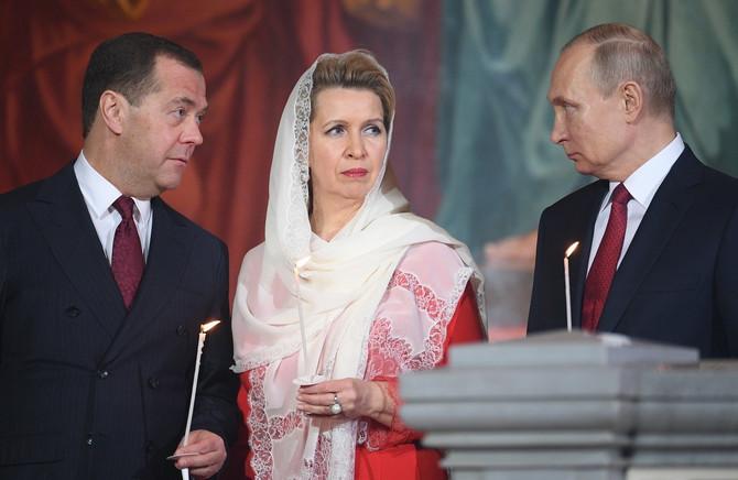 Dmitrij i Svetlana Medvedev u društvu Vladimira Putina