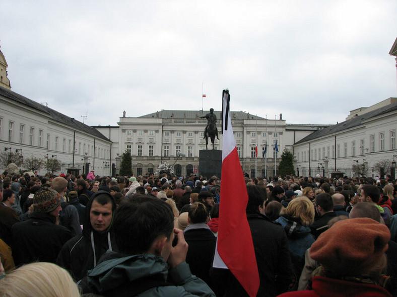 Ludzie zebrali się przed pałacem prezydenckim