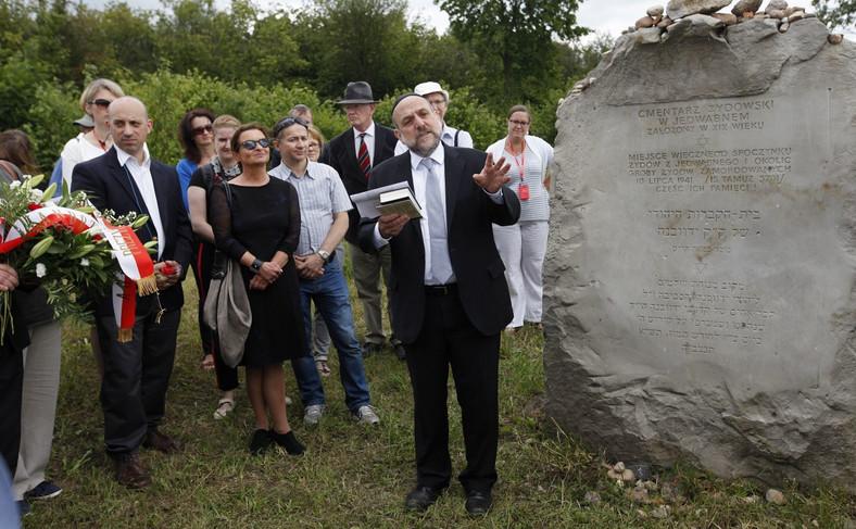 Naczelny rabin Polski Michael Schudrich (C) i dyrektor Anti-Defamation League Jonathan Greenblatt (L), podczas uroczystości przy pomniku ku czci pomordowanych Żydów, w 75. rocznicę mordu Żydów w Jedwabnem