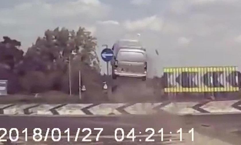 Szokujący wypadek. Kierowca nie zauważył wysepki