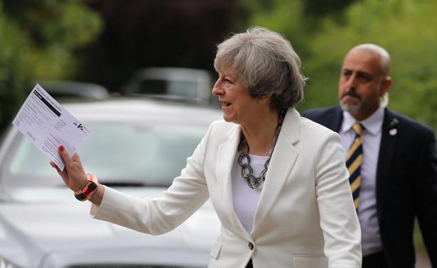 Komisarz Moscovici: Premier May przeliczyła się z siłami