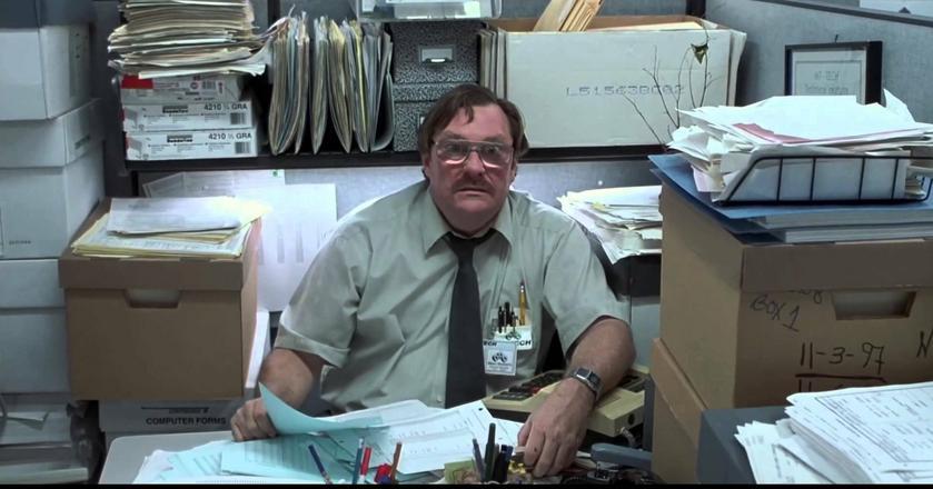 """Pracownicy mogą sami wpędzać się w pułapki w pracy - tak jak ten bohater filmu """"Życie biurowe"""""""