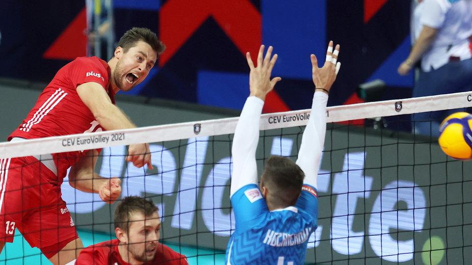 Michał Kubiak w ataku w meczu Polska - Słowenia w ME siatkarzy