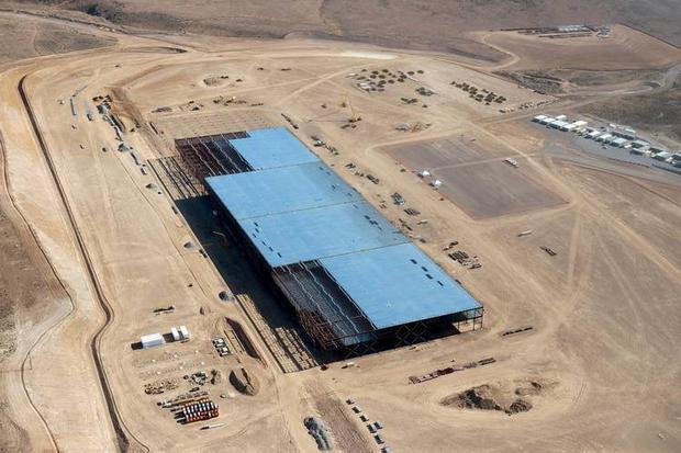Gigafactory Tesli to potężna fabryka, skupiona na produkcji baterii litowo-jonowych