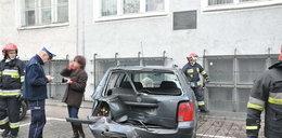 Auto wbiło się mur urzędu!