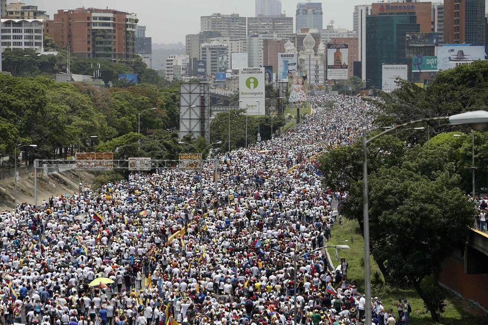 """Do manifestowania sprzeciwu wobec Maduro zachęcała tamtejsza opozycja, która określiła to wydarzenie jako """"matkę wszystkich marszów""""."""