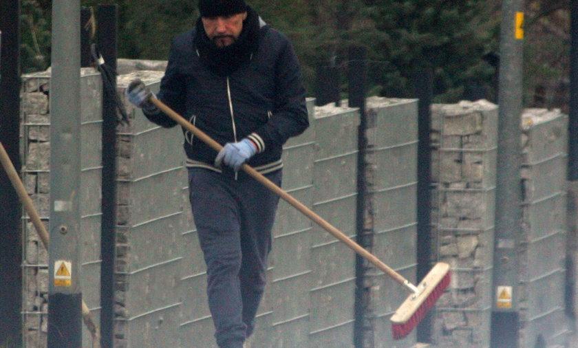 Grzegorz Skawiński sprząta wokół domu