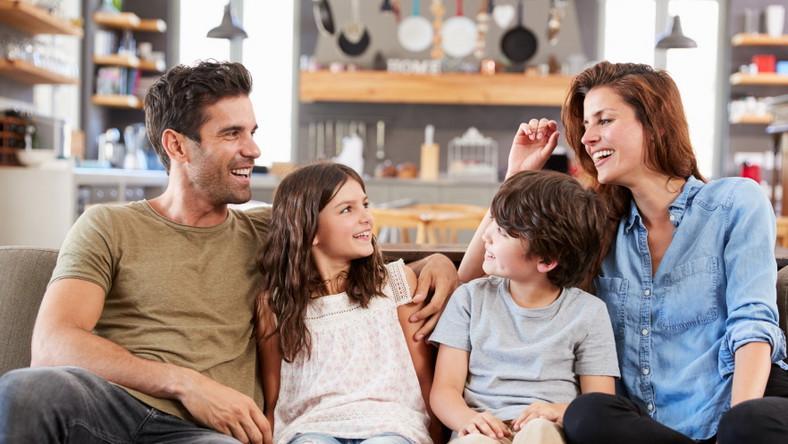 Rodzice rozmawiają z dziećmi