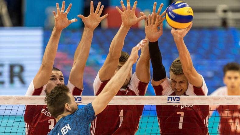 Polacy Dawid Konarski (L), Piotr Nowakowski (C) i Artur Szalpuk (P) oraz Cristian Poglajen (2-L) z Argentyny
