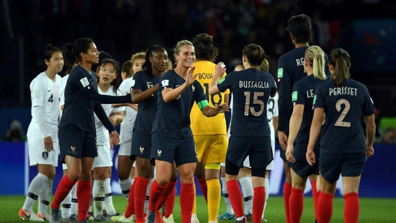 France captain Amandine Henry (C) celebrates with her teammates after the hosts opened the women's World Cup with a comprehensive 4-0 win over South Korea on Friday
