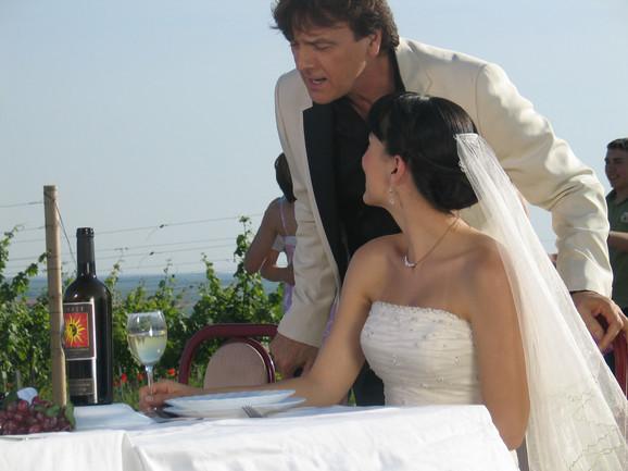 """Čola se u spotu za pesmu """"Kad pogledaš me preko ramena"""" pojavljuje kao gost na svadbi"""