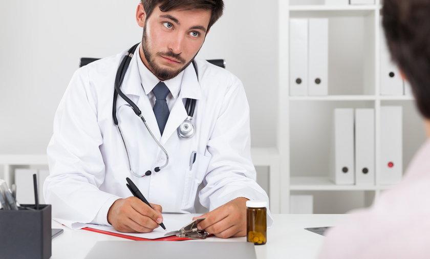 Lekarz wypisuje zwolnienie
