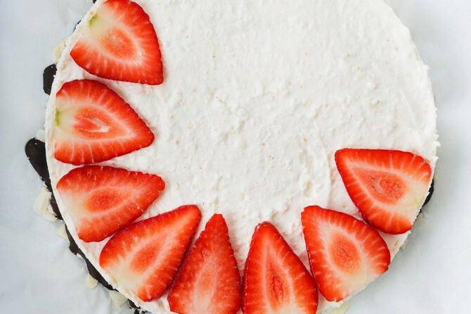 Ova TORTA od BELE ČOKOLADE I JAGODA se ne peče i imate 15 MINUTA POSLA: A ukus - ostavlja bez daha!