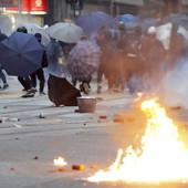 """""""DALI SU IM FANTOMKE, KAMENICE I FLAŠE S BENZIOM"""" Srpski studenti u Hong Kongu opkoljeni u kampusu, a na ulicama RATNO STANJE"""