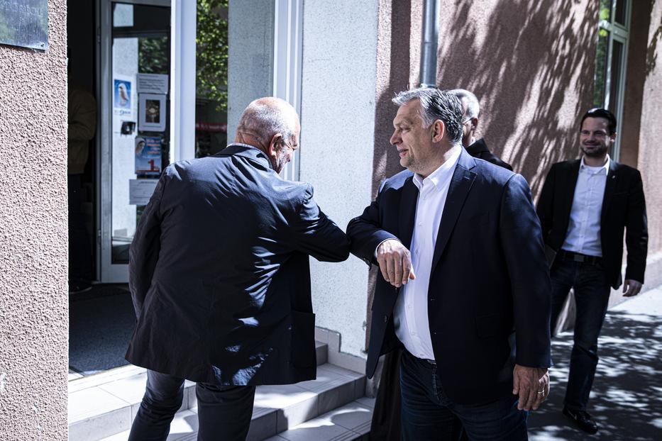 A miniszterelnök betartja a másfél méteres távolságot, és szinte mindig könyökpacsit ad /Fotó: MTI Fischer Zoltán
