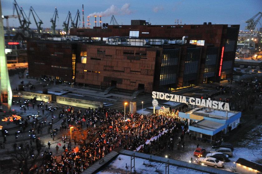 Gdańsk żegna Pawła Adamowicza. Tysiące gdańszczan uczestniczą w pochodzie