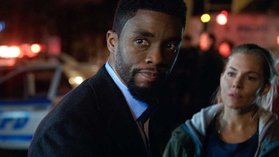 """Chadwick Boseman i Sienna Miller w filmie """"21 mostów"""""""