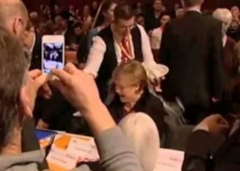 Kelner oblał Merkel piwem. FILM