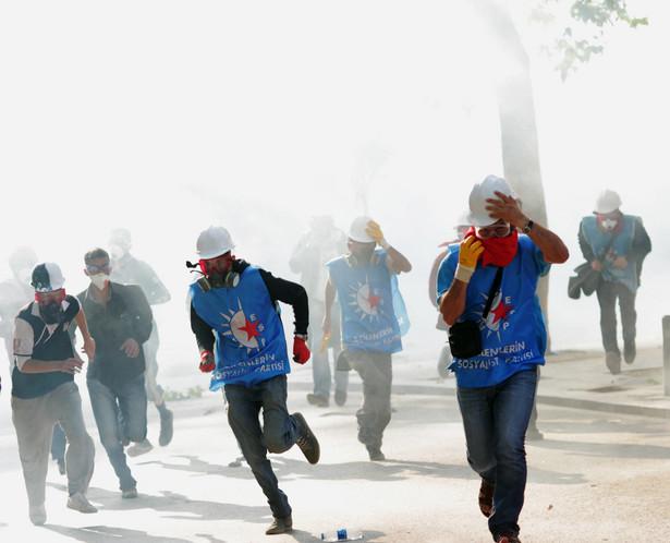 Policja atakuje demonstrantów na placu Taksim w Stambule