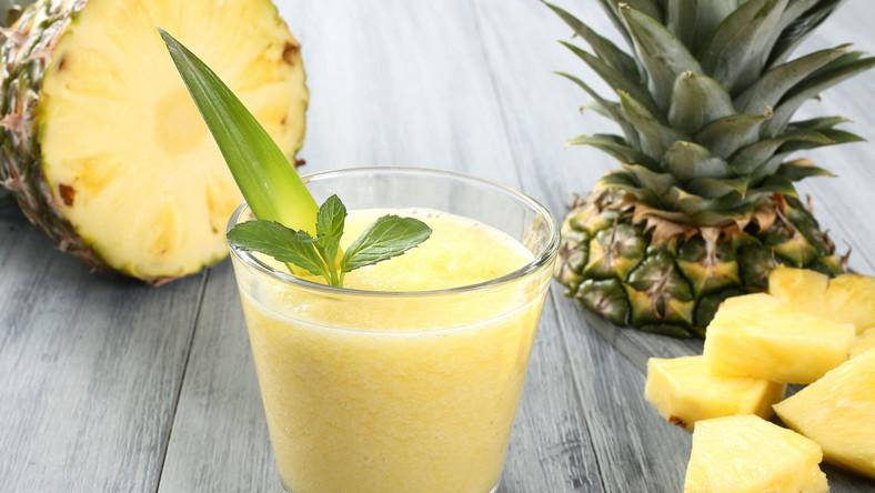 Mówi się o nim jako o jednym z najzdrowszych owoców świata. Rzeczywiście obfituje w witaminy A, B i C oraz potas, mangan, miedź i wiele cennych składników odżywczych. Poznaj powody, dla których warto codziennie jeść ananasa