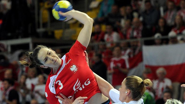 Monika Kobylińska (L) blokowana przez Węgierkę Anett Kisfaludy (P) podczas meczu eliminacyjnego mistrzostw Europy piłkarek ręcznych