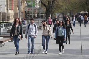 Broj mladih u Srbiji se smanjuje za 20.000 GODIŠNJE, a to vas neće začuditi kad vidite kakvi su im USLOVI RADA
