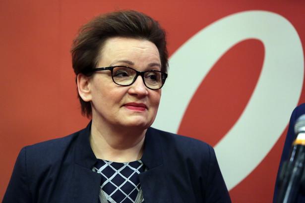 Minister edukacji narodowej Anna Zalewska podczas briefingu prasowego poprzedzającego odbywającą się w Warszawie