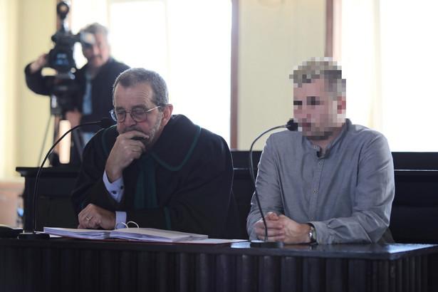 Oskarżony Sebastian K. i jego obrońca mecenas Władysław Pociej w Sądzie Rejonowym w Oświęcimiu.
