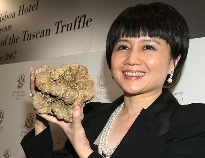 Angela liong, supruga Stenlija Hoa, sa belim tartufom