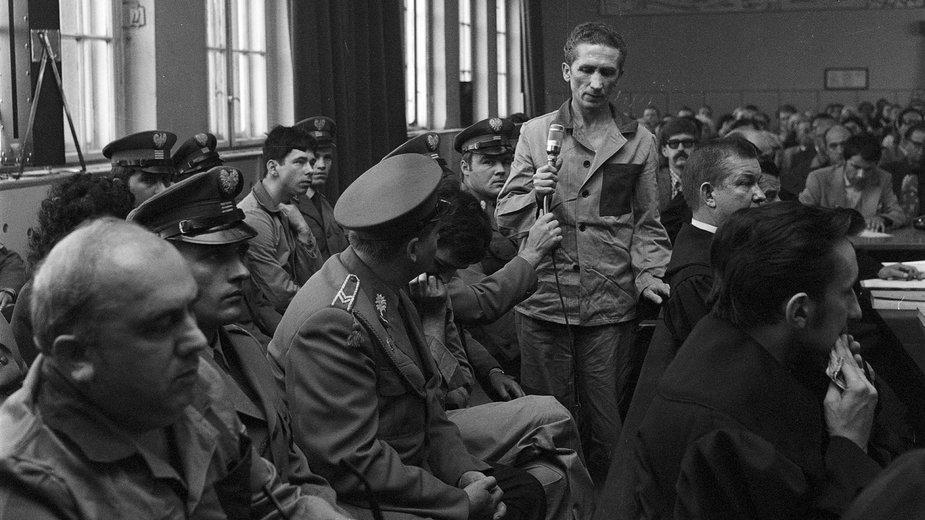 Katowice, marzec 1975 r., proces Zdzisława Marchwickiego. Oskarżony stoi z mikrofonem w dłoni