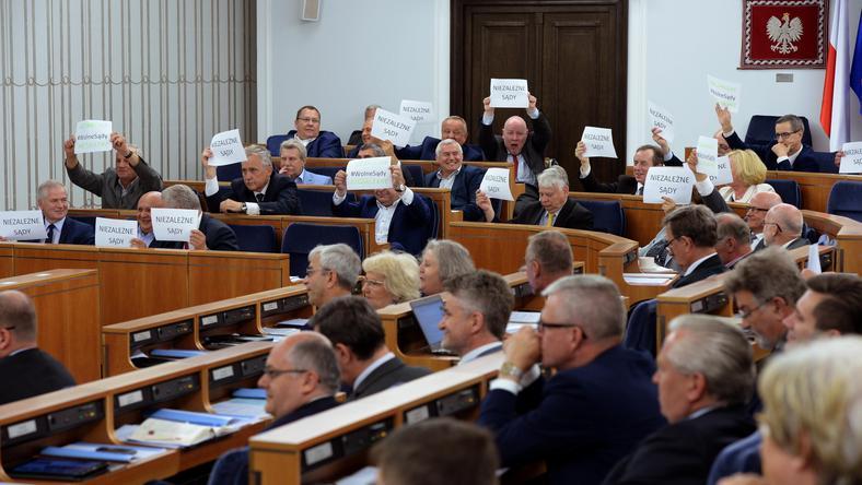Senatorowie podczas dzisiejszego posiedzenia Senatu - bez poprawek nowelizacje ustaw o KRS i Usp