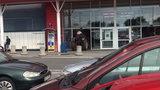 Groza w markecie w Stalowej Woli. Wjechał traktorem do sklepu, potem chwycił za siekierę