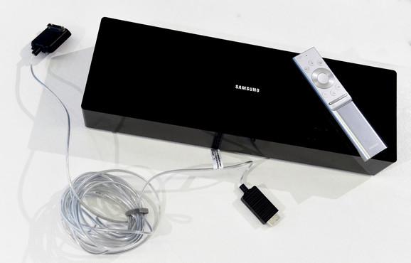 Samsung QLED 8K se napaja sztujom koz konektor koji nije fizički povezan sa televizorom