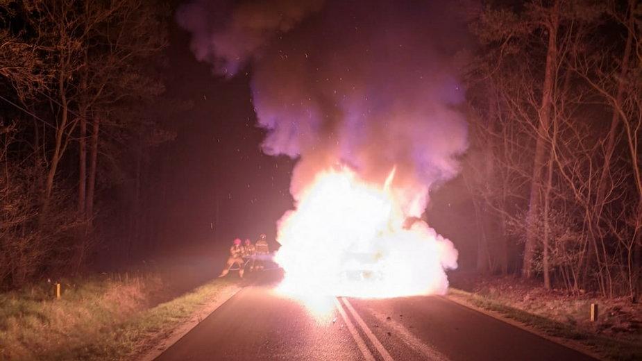 Pożar Subaru po zderzeniu z jeleniem