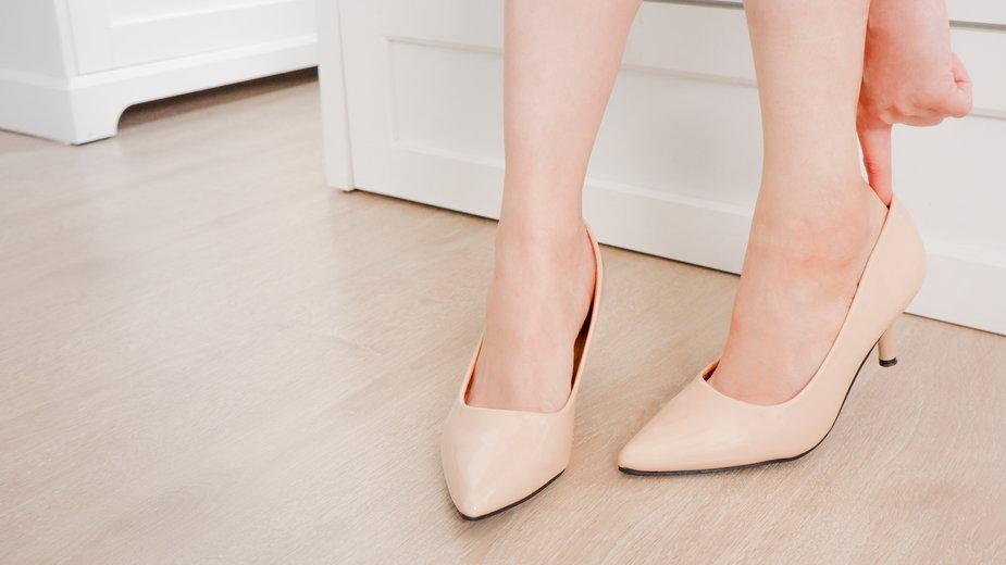Buty na obcasie w kolorze nude, czyli sprawdzony sposób na długie nogi