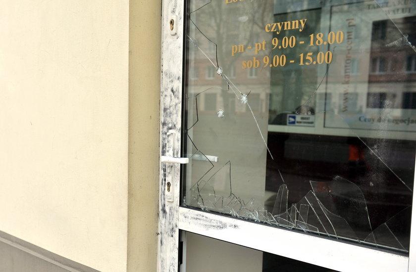 Sprawca wybił dziurę w drzwiach
