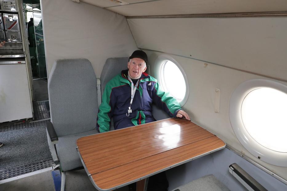 A  repülőmérnök abban a székben ül, ahol Kádár  is szeretett időzni az úton/Fotó: Grnák László