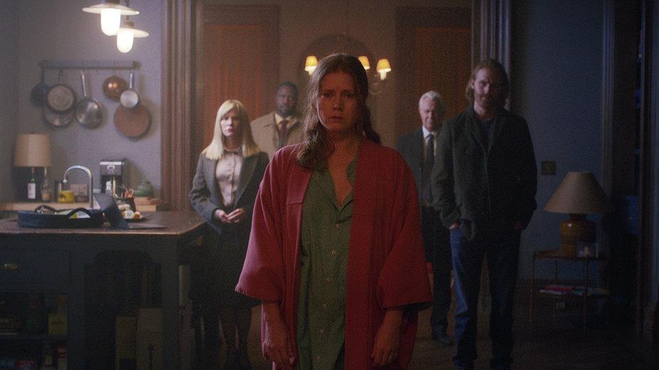 """""""Kobieta w oknie"""" - kadr z filmu. Na zdjęciu: Jennifer Jason Leigh, Brian Tyree Henry, Amy Adams, Gary Oldman i Wyatt Russell"""
