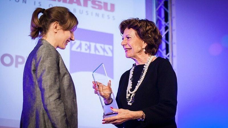 Olga Malinkiewicz odbiera nagrodę z rąk Neelie Kroes, wiceprzewodniczącej Komisji Europejskiej