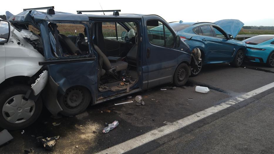 Két személyautó és két kisbusz ütközött össze az M5-ös autópályán /Fotó: Blikk